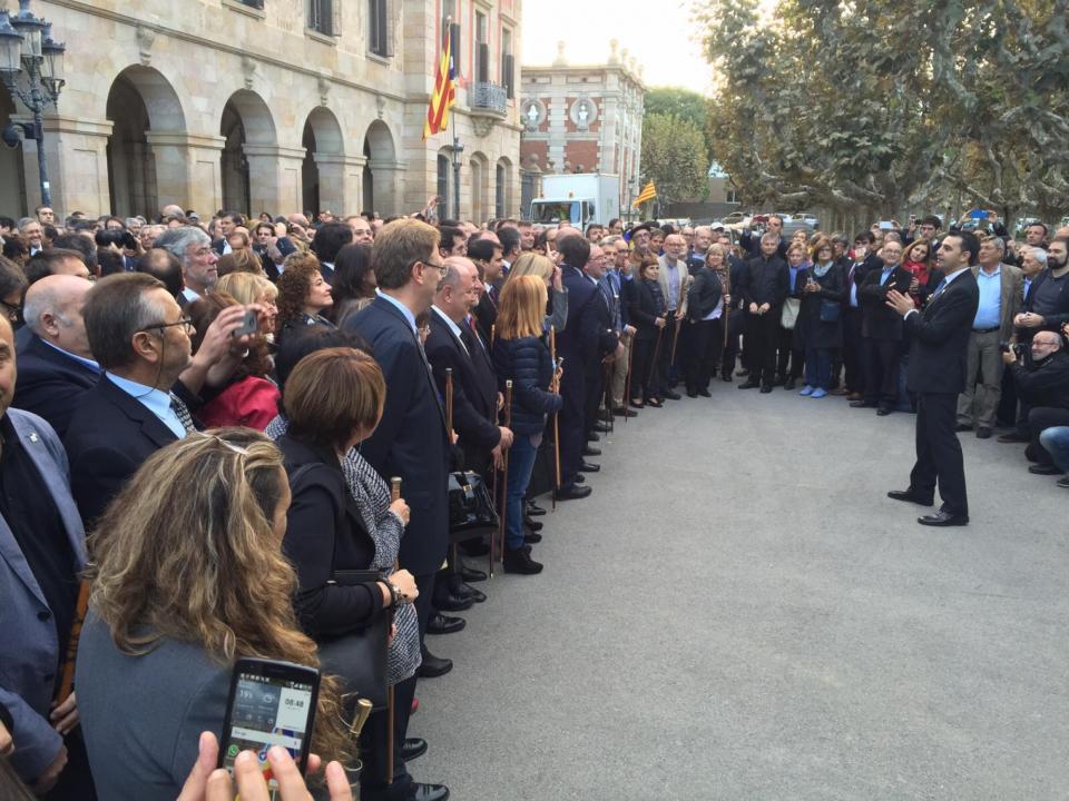 Antoni Lloret, alcalde d'Argençola, entre els alcaldes concentrats davant del Parlament. - Barcelona