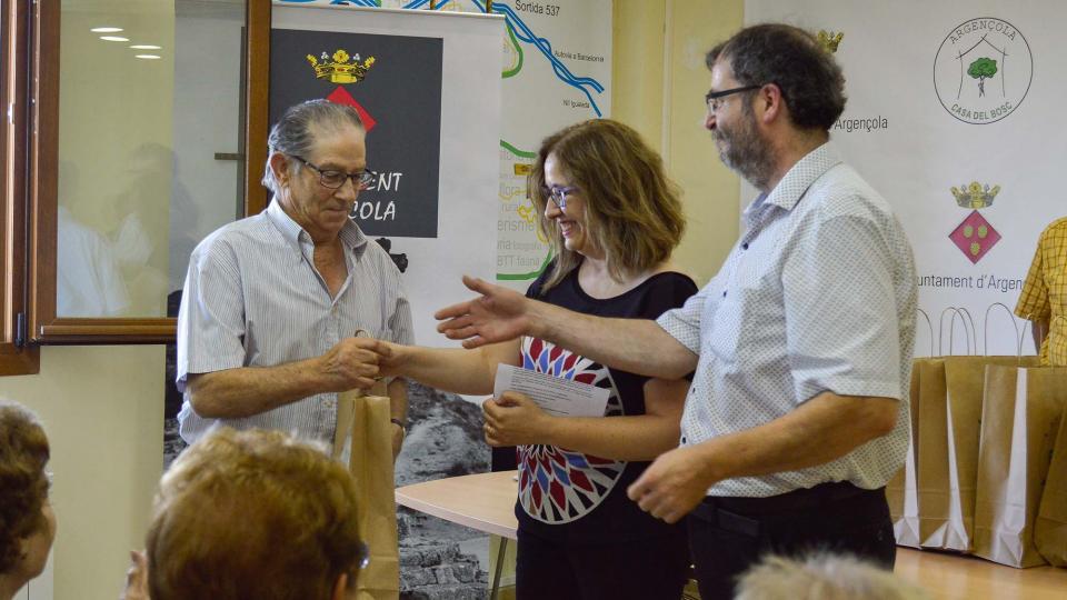 14.08.2016 Entregant l'obsequi a Esteve Lluís de Cal Torelló de Clariana  Argençola -  Mariona Miquel