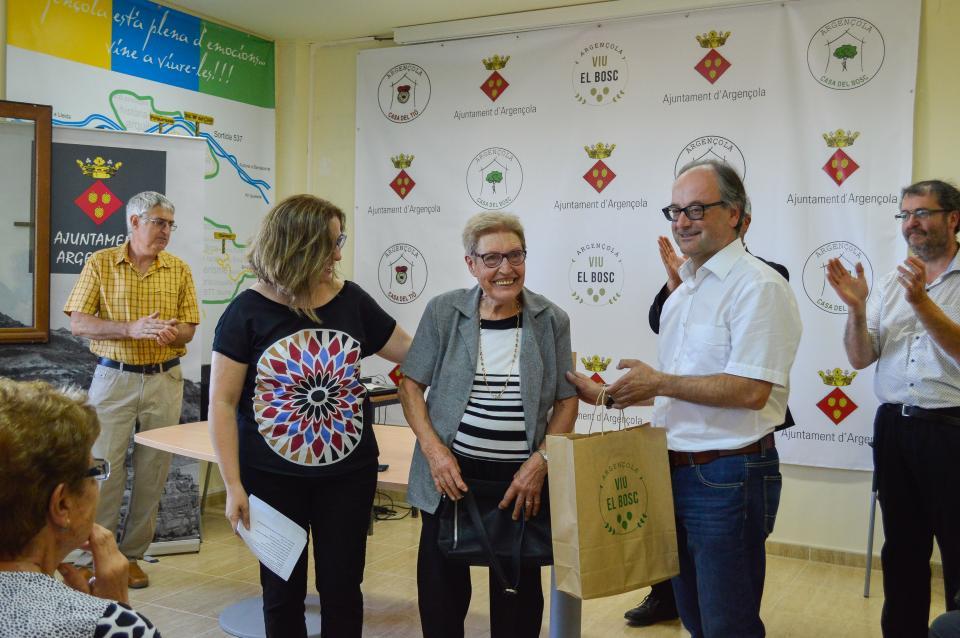 14.08.2016 Els regidors entregant l'obsequi a Ramona Miret de Cal Solà de Clariana  Argençola -  Mariona Miquel Solé
