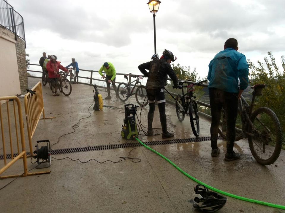 28.11.2016 Punt de neteja de bicicletes  Argençola -  Toni Castillo