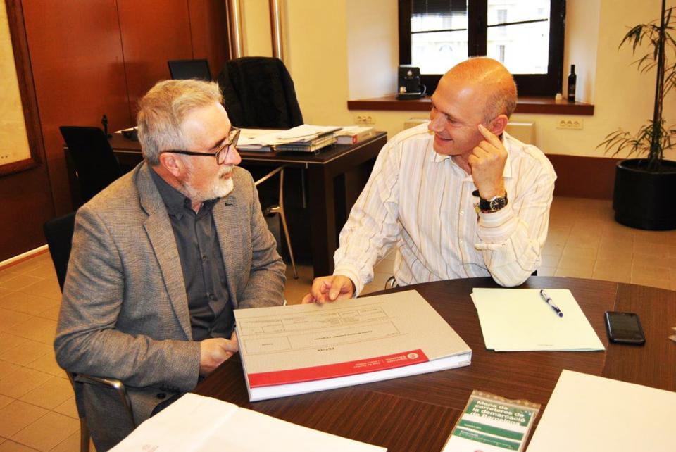 El diputat Jordi Fàbrega lliura el catàleg de camins d'Argençola al seu alcalde, Antoni Lloret - Argençola