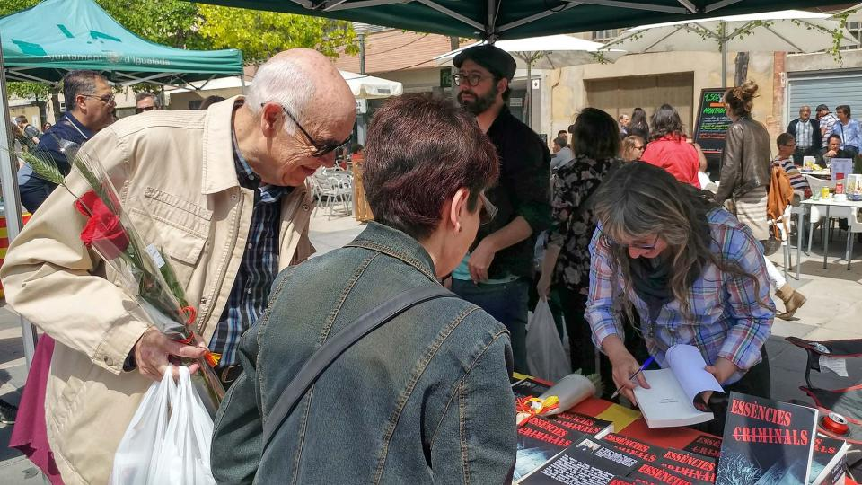 23.04.2017 M. Àngels Solé signant la seva obra 'Essències criminals'  Igualada -  Marina Berenguer