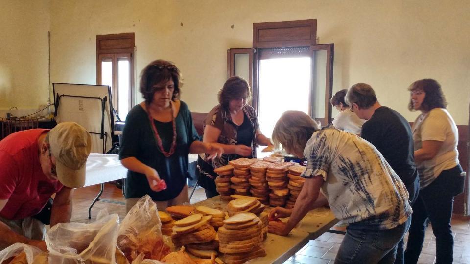 12.08.2017 Preparatius del sopar  Argençola -  Marina Berenguer