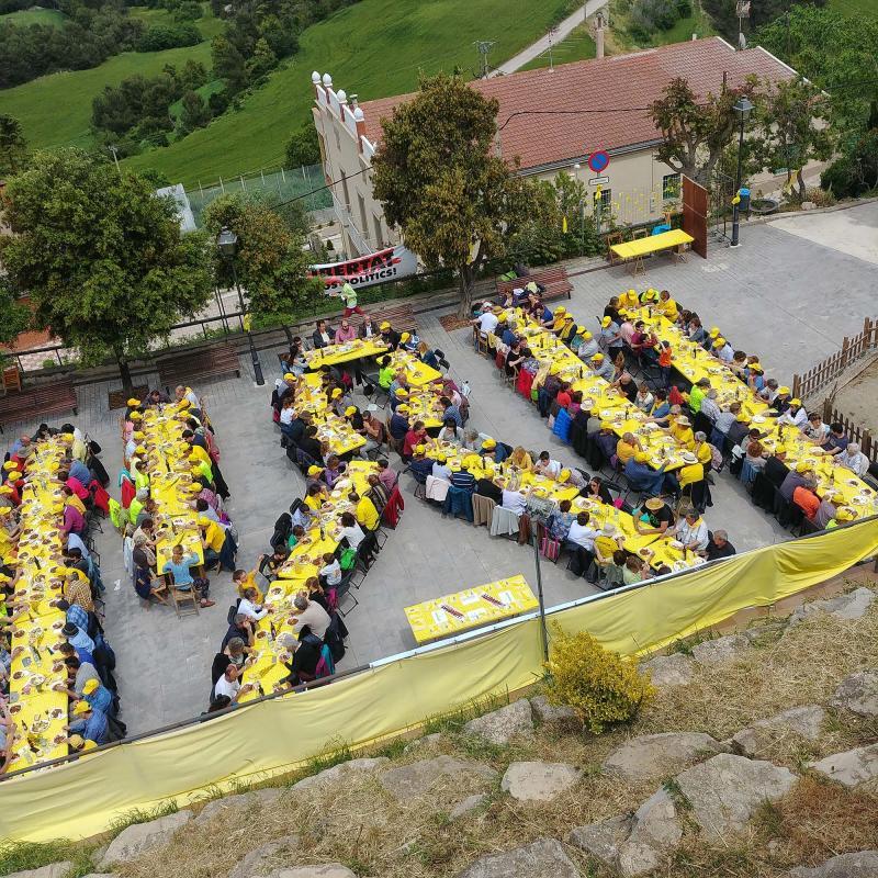 26.05.2018 Les taules s'han disposat formant un llaç groc  Argençola -  Martí Garrancho