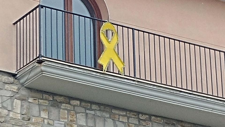 26.05.2018 Llaç groc presidint el balcó de l'ajuntament  Argençola -  Martí Garrancho
