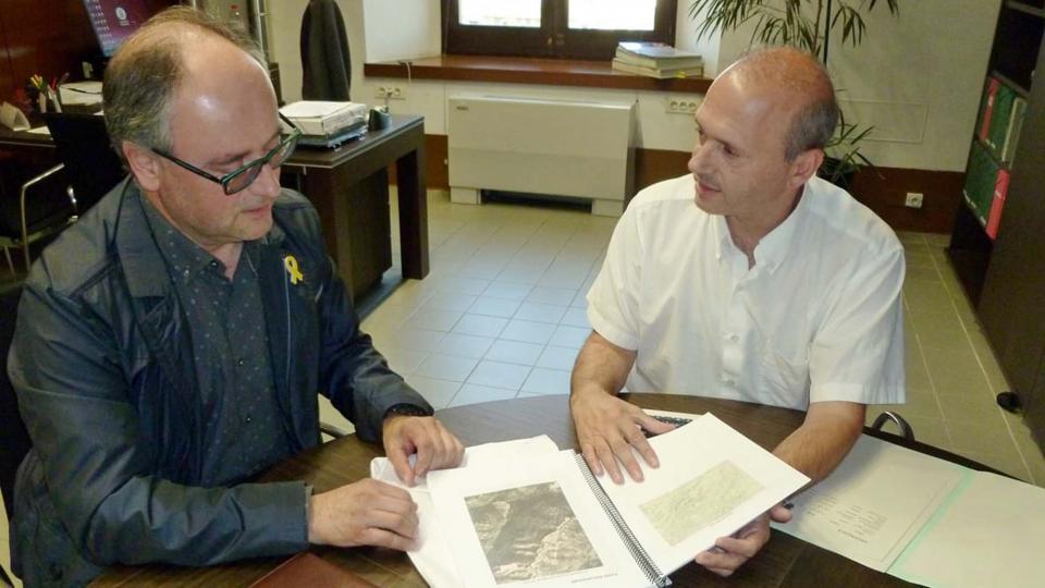 El diputat d'Infraestructures Viàries i Mobilitat, Jordi Fàbrega, lliura al Tinent d'Alcalde i Regidor d'Hisenda i Medi ambient, Gumersind Parcerisas l'Estudi sobre la titularitat dels camins d'Argençola - Argençola