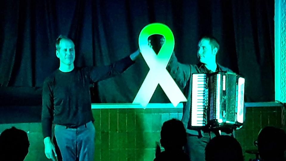 Nan Valentí, actor, i Martí Marsal, acordionista, en l'espectacle Mort a les cunetes - Argençola