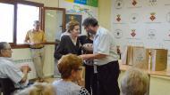 Argençola: El Regidor de Festes fent entrega de l'obsequi a la Sra.M.Carme Gomà de Cal Prats de Porquerisses  Mariona Miquel Solé