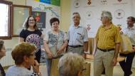 Argençola: Els regidors entregant l'obsequi a Salvador Soler i Remei Balsells de Cal Magines de Clariana  Mariona Miquel Solé
