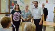 Argençola: Els regidors entregant l'obsequi a Mercè Albareda de Cal Malsió d'Argençola  Mariona Miquel Solé