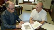 El diputat d'Infraestructures Viàries i Mobilitat, Jordi Fàbrega, lliura al Tinent d'Alcalde i Regidor d'Hisenda i Medi ambient, Gumersind Parcerisas l'Estudi sobre la titularitat dels camins d'Argençola
